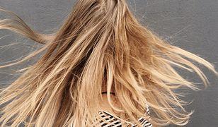 Beżowy blond na włosach. Do jakiej urody pasuje?