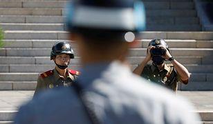 Wartownicy z Korei Północnej i Południowej na granicy w Panmunjom