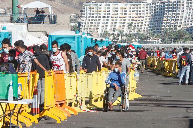 Ponad 2300 migrantów wciąż przebywa w obozie, który został założony w sierpniu zeszłego roku na terenie portu na Gran Canarii. Zdjęcie z 18 listopada