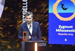 Zygmunt Miłoszewski odebrał nagrodę i podziękował organizatorkom Strajku Kobiet