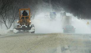 Silny wiatr nawiewa śnieg z pól, jezdnia jest oblodzona