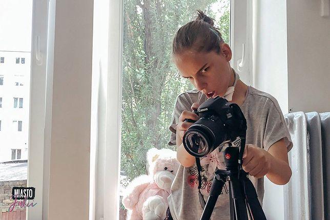 Julia podczas wykonywania sesji zdjęciowej