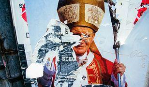 Jan Paweł II - dla jednych obiekt kultu, dla innych - drwin