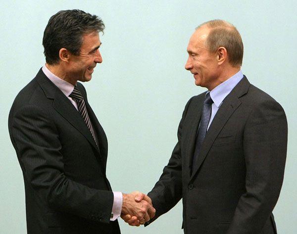Sekretarz generalny NATO Anders Fogh Rasmussen i Władimir Putin