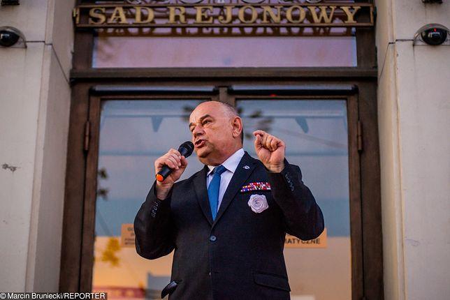 Adam Mazguła protestuje przed Sądem Rejonowym w Gdyni