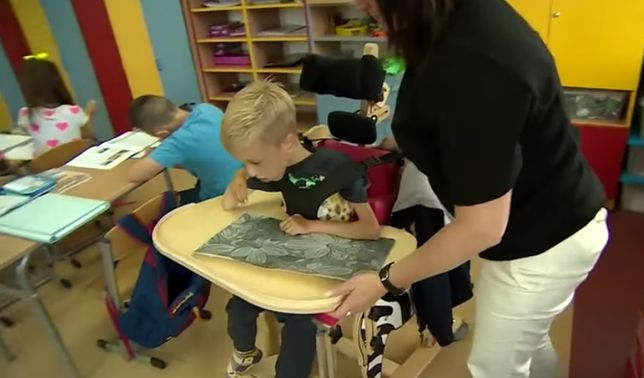 Dyrektorka zabroniła 9-latkowi poruszać się na wózku po szkole