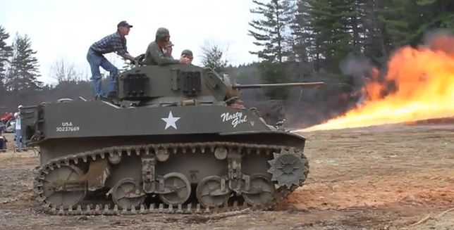 Spektakularny pokaz czołgu z miotaczem ognia