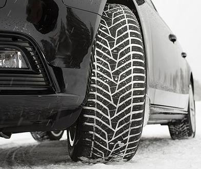 Choć obowiązku jazdy na oponach zimowych w Polsce nie ma, to czasami może się to opłacić. Nie mówiąc już o bezpieczeństwie