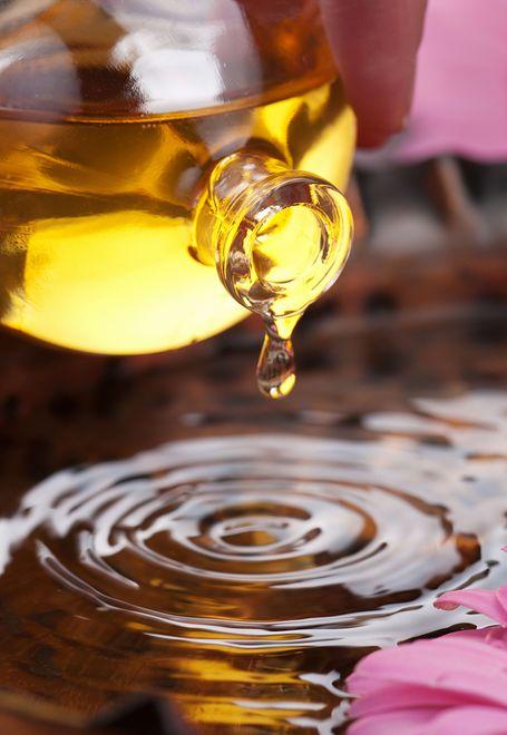 Olejek różany i woda różana to niezwykle popularne składniki domowych kosmetyków.