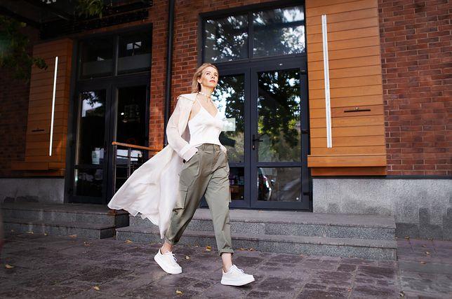 Spodnie cargo pasują także to eleganckich i kobiecych ubrań