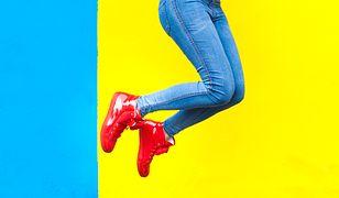 Sneakersy pasują do jeansów jak ulał