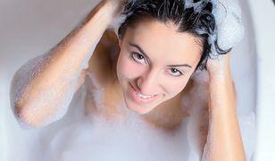 Płukanka do włosów sposobem na ich rozjaśnienie lub przyciemnienie
