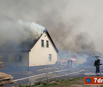 Pożar tartaku w Brzostowie przeniósł się na pobliski dom jednorodzinny
