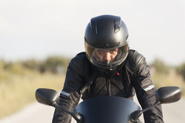 Jazda na motocyklu zaskakuje kierowców samochodów.