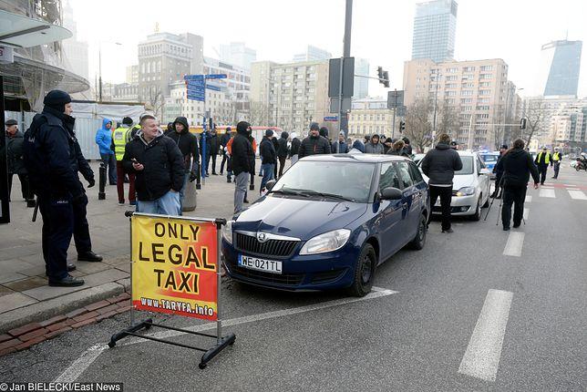 Protest taksówkarzy, utrudnienia w centrum Warszawy. Uber dogaduje się z Ministerstwem Cyfryzacji