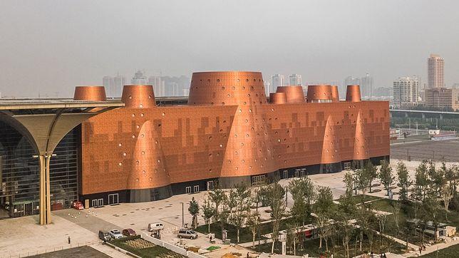 Fasada pokryta jest aluminium w kolorze miedzianym i ma zapewnić komfort termiczny