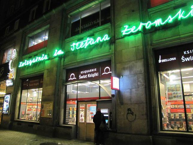 Jeden z najstarszych warszawskich neonów wrócił do Śródmieścia