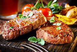 Jedzenie na drewnianych deskach zamiast na talerzach. Niebezpieczny trend w restauracjach