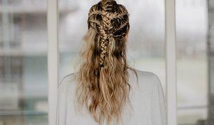 Modna fryzura na lato to smoczy warkocz