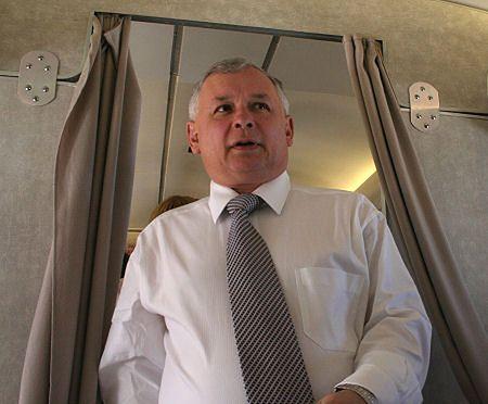 Premier Jarosław Kaczyński na pokładzie rządowego TU-154 M