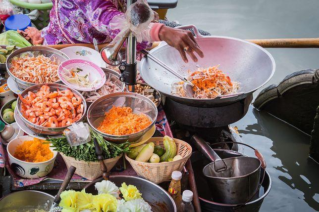 Kuchnia tajska ukształtowała się dzięki relacjom z innymi krajami. Wpływ na nią miały kontakty z Birmą, Laosem, Kambodżą, Malezją a nawet Chinami czy Indiami. Przepisy kuchni tajskiej