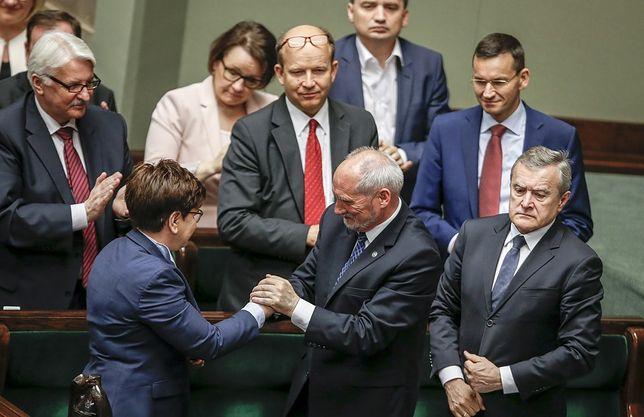 Według sondażu dla se.pl niemal połowa Polaków chce dymisji Antoniego Macierewicza