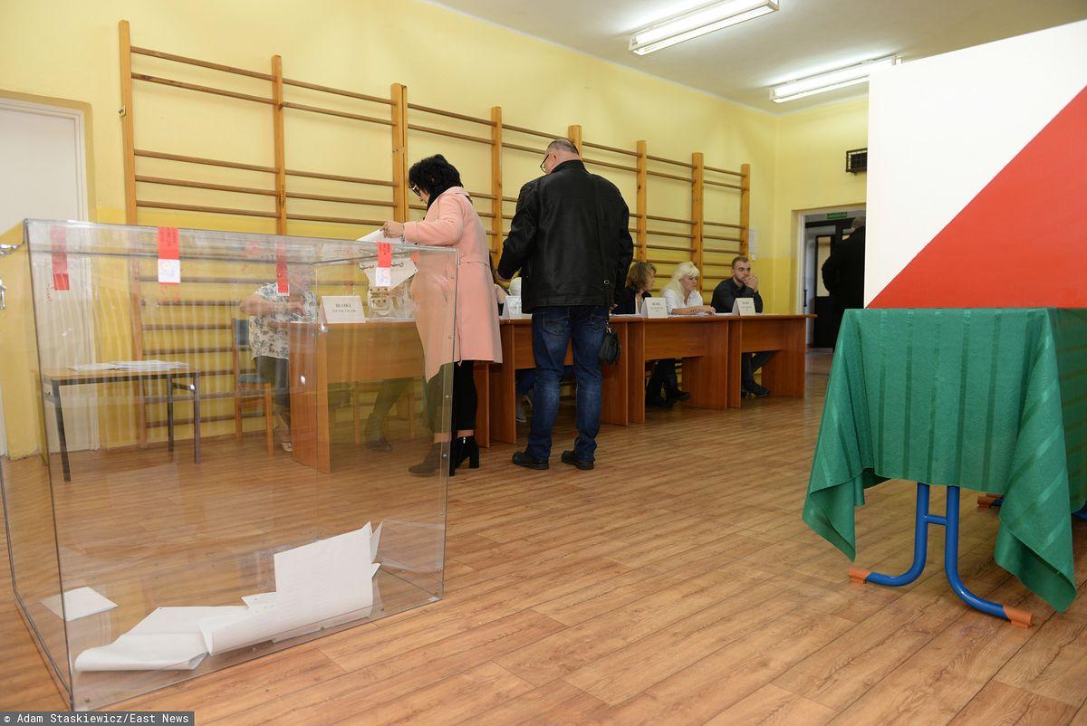 Wybory parlamentarne 2019. Członek komisji przyszedł do lokalu z bronią