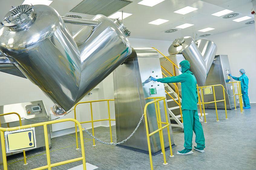 Pracownicy w fabrykach chemicznych