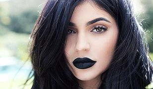 Czarne usta Kylie Jenner: moda na gotyk?