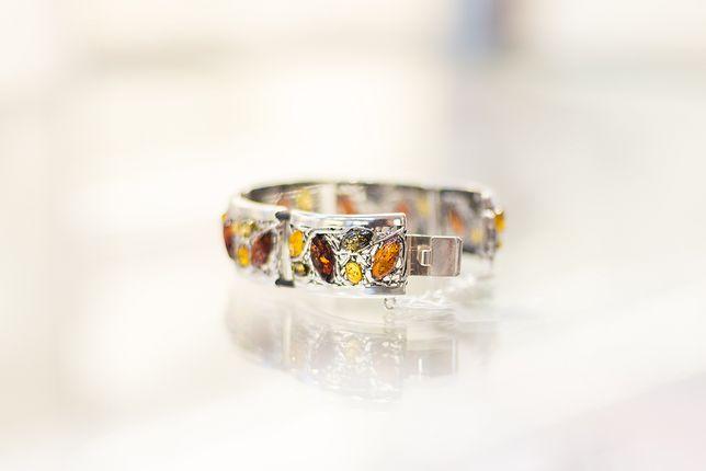 Barwny bursztyn pięknie prezentuje się w srebrnej oprawie