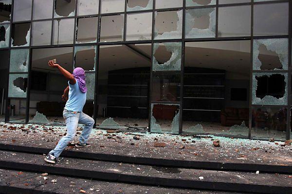 Grupa studentów, domagających się odnalezienia zaginionych, zdewastowała budynki administracji państwowej