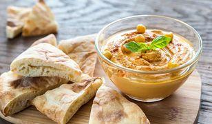 Hummus to pyszny dip z ciecierzycy, który najlepiej smakuje z chlebkiem