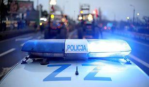 Warszawa. Kierowca wpadł w poślizg i uderzył w przystanek, gdzie czekała kobieta