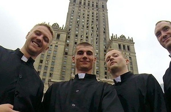 Ludzie nie wierzyli. Przebrali się za księży i skoczyli z Pałacu Kultury