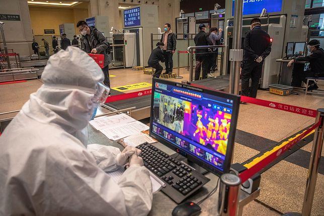 """Koronawirus. Chiny próbują ograniczyć liczbę """"cichych nosicieli"""". Na zdjęciu: kontrola na stacji w Wuhan"""