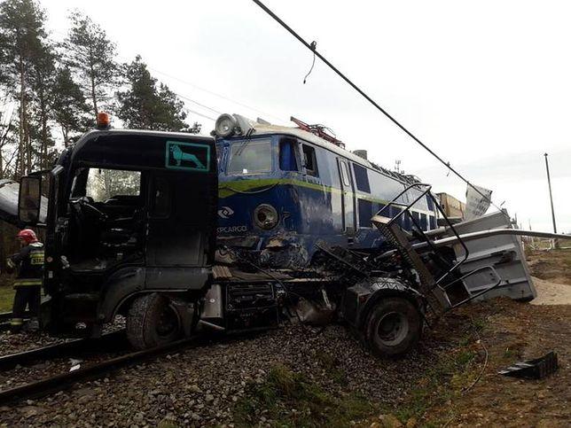 Wypadek na przejeździe kolejowym. Lokomotywa pchała ciężarówkę