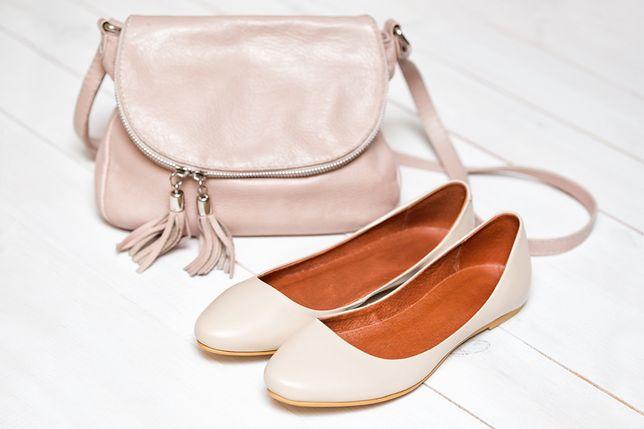 Beżowe buty pasują do wiosennych stylizacji