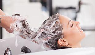 Zabiegi regenerujące włosy chronią pasma przed zniszczeniem.