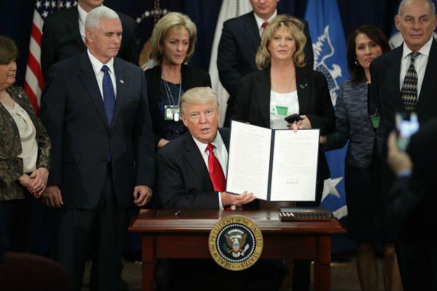 Donald Trump w Białym Domu po podpisaniu jednego z rozporządzeń