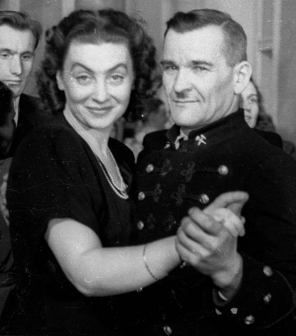 Nina Andrycz: dopuściła się czynu, po którym zbladła cała polska delegacja. Dlaczego uciekła z kolacji u Stalina?