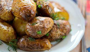 Kluczem do uzyskania doskonałych ziemniaków jest oprószenie ich mąką.