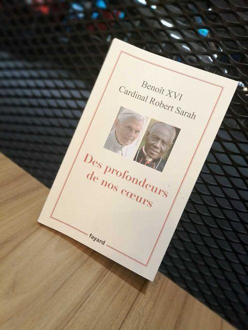 """Mimo prośby Benedykta XVI, wciąż widnieje on jako autor na okładce książki """"Z głębi naszych serc"""""""