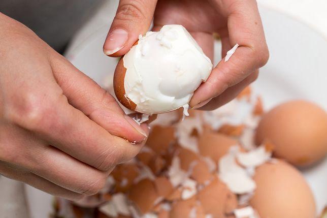 Dzięki prostej sztuczce szybko obierzesz jajka
