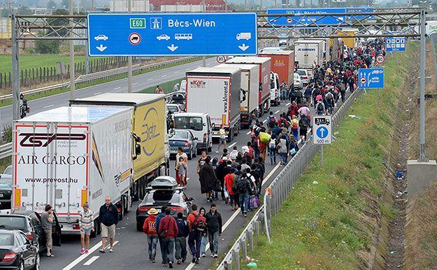 Uchodźcy na autostradzie w pobliżu granicy austro-węgierskiej