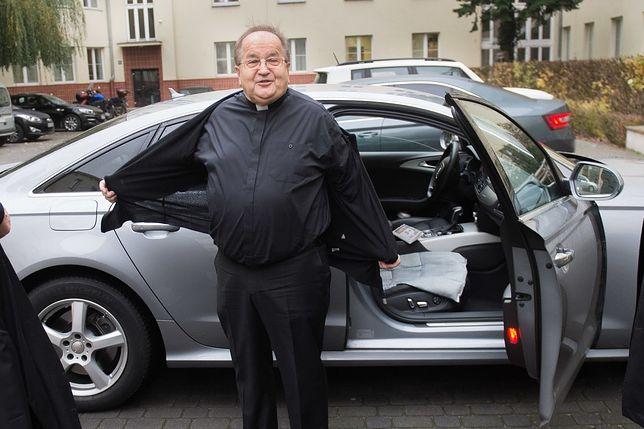 O. Tadeusz Rydzyk wysiada z Audi A6.
