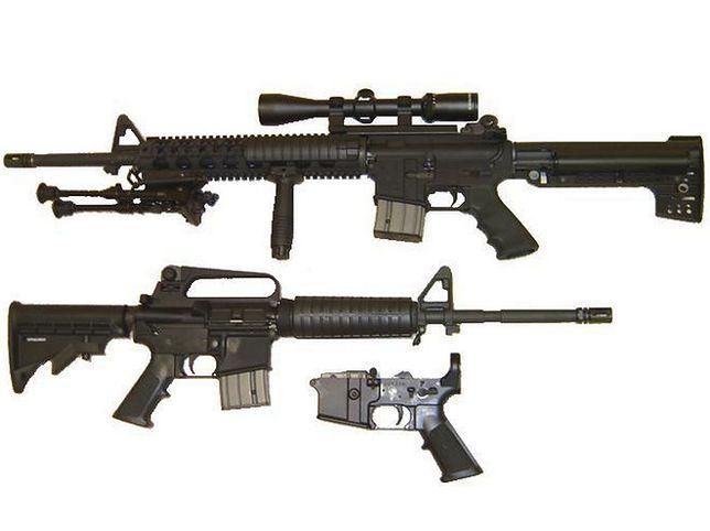 """AR-15 dostępny jest w wielu rozmiarach i posiada wiele możliwości konfiguracji, zależnie od producenta. Część pokazana na samym dole to tzw. """"lower receiver"""" - część wydrukowana na drukarce 3D."""