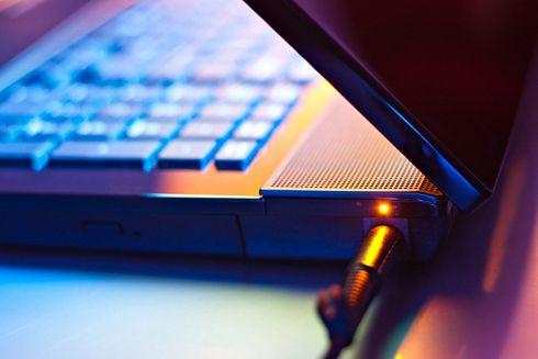 Używasz tak laptopa? Przecież go sobie zniszczysz! Sposób na wydłużenie życia baterii