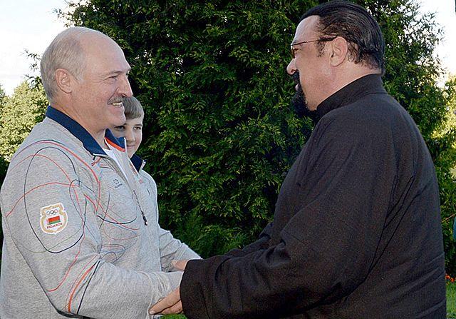 Marchewka i arbuz od Łukaszenki. Steven Seagal zadowolony