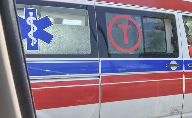 Nietrzeźwy kierowca przeżył uderzenie i został zabrany do szpitala.