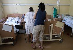 Zabierają pacjentom łóżka. Zamiast zatrudniać pielęgniarki